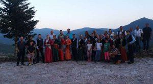 """Ο Σύλλογος Ποντίων Ευόσμου """"Παναγία Κρεμαστή"""" σε αναμνηστική φωτογραφία έξω από το Καρπενήσι σε υψόμετρο 1.100 μέτρων"""