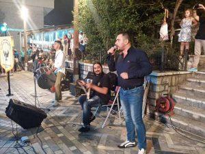 Μπαϊραχτάρης Θωμάς στη λύρα, Δασκουλίδης Γιάννης στο τραγούδι και Ευθυμιάδης Δημήτρης στο νταούλι, στην εκδήλωση του Καρπενησίου